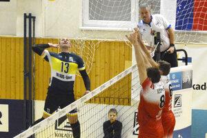 Miroslav Jakubov (vľavo) si proti Komárnu pripísal 18 bodov.