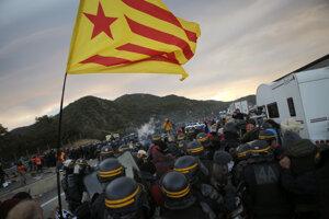 Demonštranti zablokovali hraničný priechod.