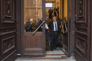 Maďarský mediálny podnikateľ Tamás Gyárfás opúšťa budovu súdu v Budapešti.