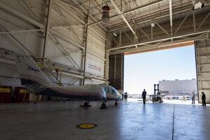 Lietadlo v hangári leteckej základne Edwards v prvej fáze vývoja, ešte bez pripevnených krídel.