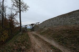 Hlavná vstupná brána a západná hradba Dolného hradu po sanácii.