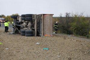 Autobus sa zrazil s kamiónom.