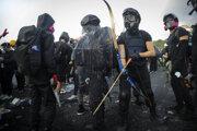 Hongkonskí demonštranti sa začínajú ozbrojovať.