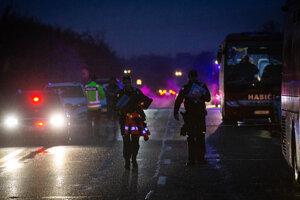 Po zrážke zostal autobus prevrátený v priekope.