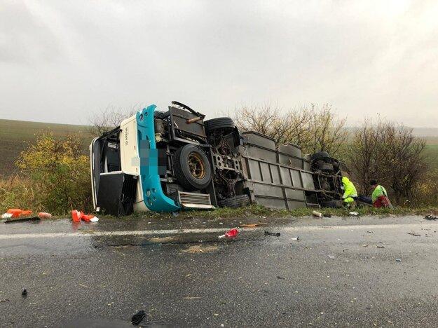 Autobus sa prevrátil do priekopy.