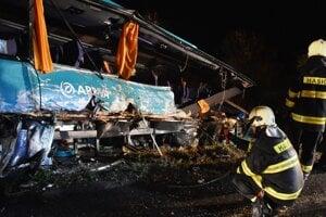 Hasiči vyťahujú vrak havarovaného autobusu na mieste dopravnej nehody, ktorá sa stala 13. novembra 2019.