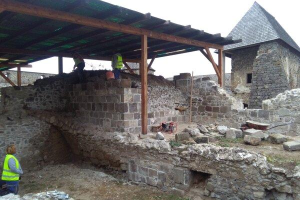Pri prácach na kláštore v Bzovíku.