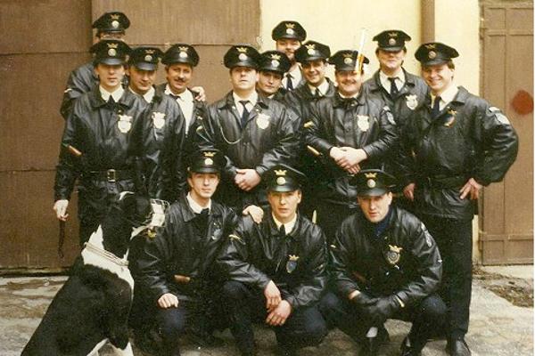 Mestskí policajti na fotke z roku 1991. Milan Hornáček je vzadu v strede.