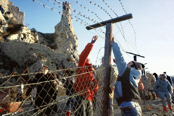 Zábery z 10. decembra 1989 zo strihania ostnatého drôtu na československo-rakúskej hranici v Devíne počas mierového pochodu Devín - Hainburg.