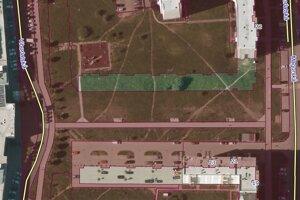 Vlastníctvo pozemkov. Čerevnou farbou sú označené pozemky mesta. Zvyšné sú v súkromnom vlastníctve. Firma Ekoprim vlastní zelený pás a časť parkoviska.