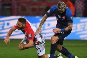 Juraj Kucka (vpravo) a Chorvát Nikola Vlašič bojujú o loptu počas kvalifikačného zápau E-skupiny EURO 2020 Chorvátsko - Slovensko.