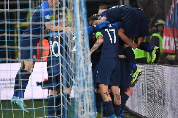 Slovenskí futbaloví reprezentanti sa tešia po strelení úvodného gólu počas kvalifikačného zápasu E-skupiny EURO 2020 Chorvátsko - Slovensko.