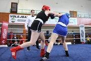 Boxeristka Školy boxu Levice Eva Babicová (v čiernom) si vdruhej lige vybojovala titul.