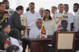 Gotabaja Radžapaksa skladá prezidentskú prísahu.
