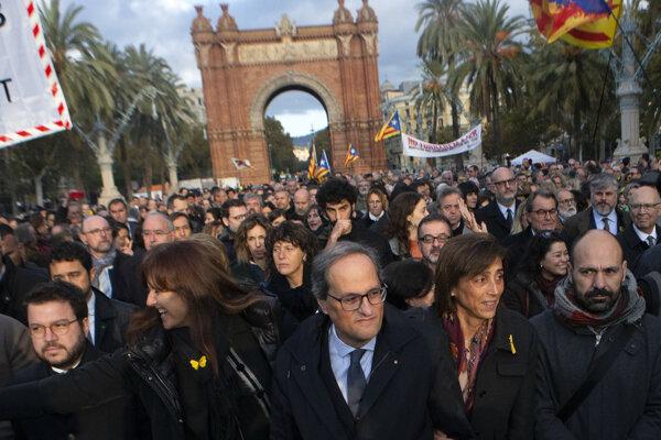 Quim Torra (v strede) prichádza na súd v Barcelone.