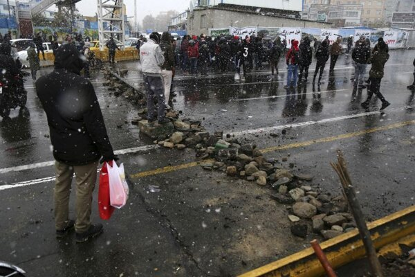 Protest obyvateľov Teheránu proti zvyšovaniu cien pohonných hmôt.