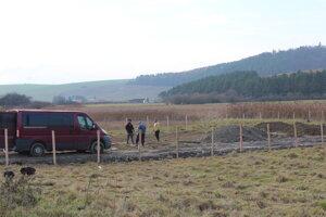 Na pozemku sa aj po rozhodnutí o zastavení stavby, stavalo, Majiteľ pozemku si tu postavil plot.