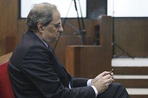 Katalánsky premiér Quim Torra sedí na súde v Barcelone.