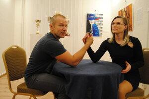 Pretláčanie rukou šampiónke Veronike Očipovej chýba.