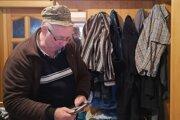 Jozefovi osadník ukradol peňaženku z nohavíc, ktoré mal zavesené na vešiaku v chodbe.