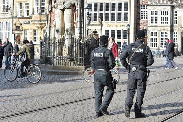 Policajná hliadka v uliciach historického centra Brém (ilustračné foto).