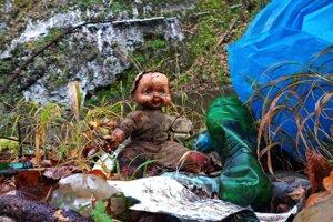 Aj túto detskú bábiku našli dobrovoľníci medzi odpadom v Hornáde.