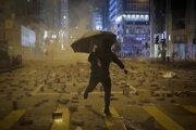 Dlažbové kocky pršia v uliciach Hongkongu.