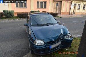 Po nehode zostali pokrčené plechy na dvoch autách.