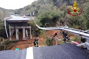 Pri talianskom Savone sa zrútila časť diaľničného viaduktu.