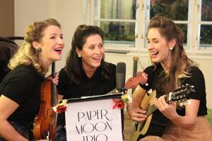 Spevom vernisáž spestrila aj dcéra Mariána Žilíka (v strede) skapelou Paper Moon Trio.