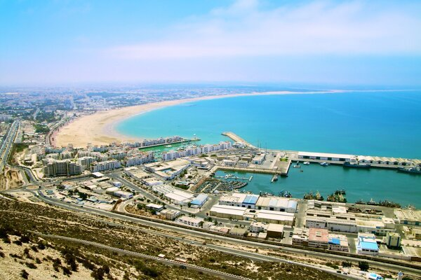 Agadir je obdarený krásnou plážou v tvare oblúka.