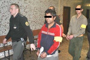 Súd v pondelok rozhodol, že obaja obžalovaní ostávajú vo väzbe.