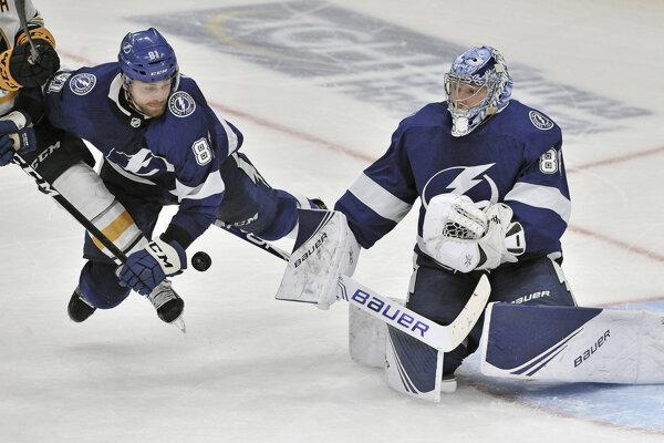 Erik Černák a brankár Andrej Vasilevskij v zápase základnej časti NHL 2019/2020 Tampa Bay Lightning - Buffalo Sabres.