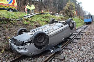 Vodič vyšiel z tohto auta po vlastných.