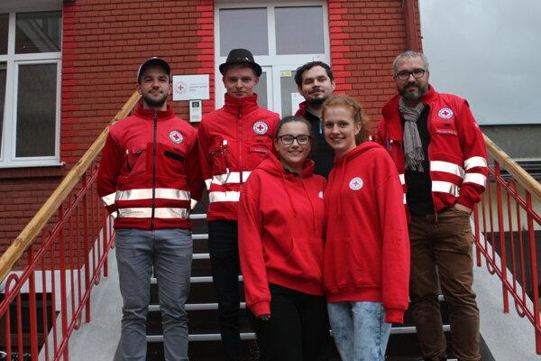 Mladí dobrovoľníci zÚzemného spolku Slovenského Červeného kríža Žilina spolu sriaditeľomMartinom Brňakom (napravo) apredsedom Petrom Martinekom (v strede).