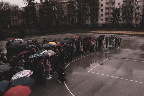 Spomienková študentská demonštrácia na školskom dvore.