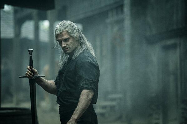 Zaklínača Geralta z Rivie v seriáli stvárňuje britský herec Henry Cavill.