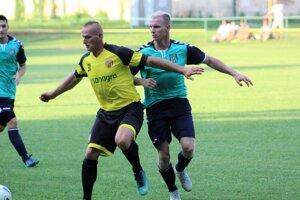 Ľubomír Hanzlíček (vľavo) v súboji s Patrikom Pitorákom (vpravo). Pohárový zápas Jablonica - Sobotište