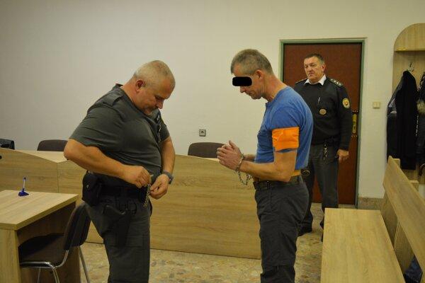 Súd poslal Jozefa K. na štyri roky za mreže za zneužitie 12-ročnej Veroniky. Polícia prešetruje aj ďalšie prípady.