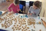 Deti v Litmanovej piekli perníky.