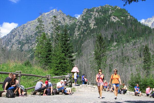 Každý rok prichádza do Vysokých Tatier viac a viac turistov.