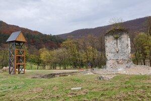 Zvonica, ktorá slúži zároveň ako vyhliadková veža, a ruiny kláštorného kostola pavlínov.