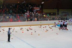 V 36. min zahádzali diváci ľadovú plochu plyšákmi.