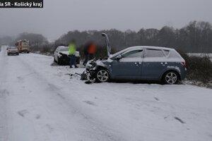 Snehu veľa nebolo, ale vodičov poriadne vytrápil.
