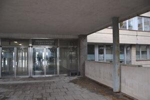 Niekdajší vstup do nevyužívaného pavilónu.
