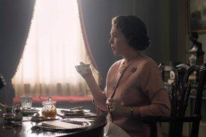 Olivia Colman v roli kráľovnej Alžbety v seriáli The Crown.