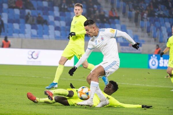 Moha (v bielom) v drese ŠK Slovan Bratislava.
