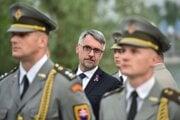 Uprostred minister obrany Českej republiky Lubomír Metnar.