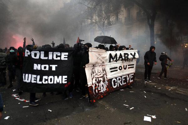 V Paríži musela zasiahnuť polícia.