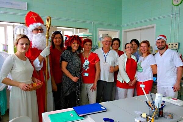 Na Neonatologickú a Gynekologicko-pôrodnícku kliniku UNM zavítal Mikuláš.